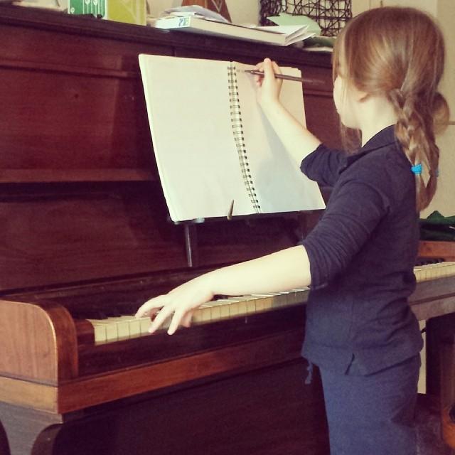 Sara mentre scrive la sua canzone